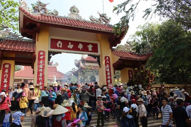 Người dân tấp nập về hội chùa Linh Phong
