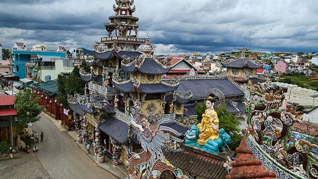 Khung cảnh chùa Linh Phước