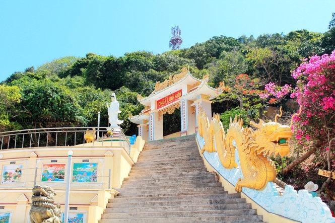 Chùa Linh Sơn là điểm hành hương, vọng cảnh không thể bỏ qua khi đến đảo Phú Quý
