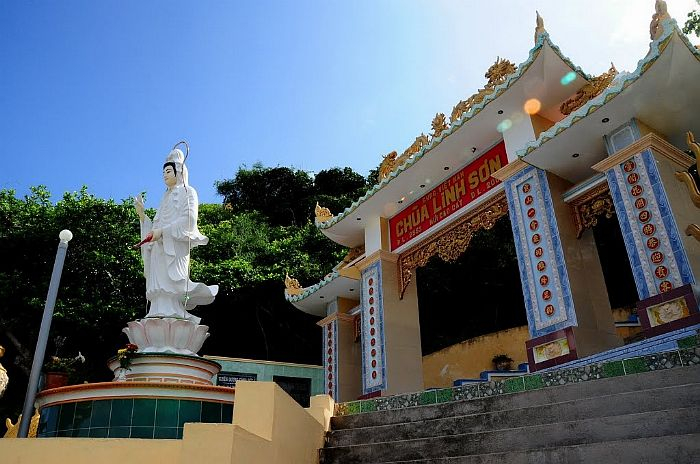 Bức tượng Bồ Tát Quan Thế Âm đặt uy nghi trên một bệ đá khổng lồ