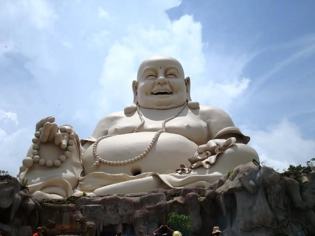 Tượng Phật Di Lặc bằng xi măng  trên đỉnh núi lớn nhất Việt Nam.