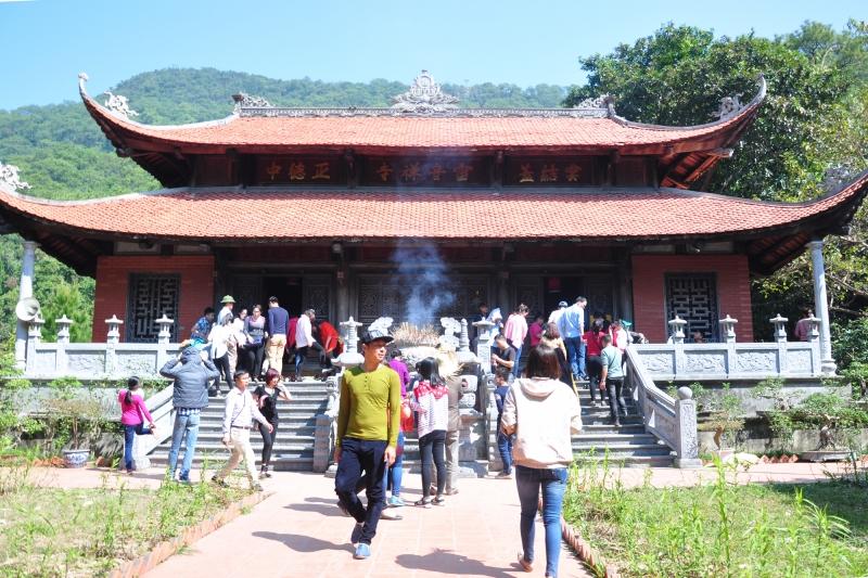 Du khách tham quan chùa Lôi Âm