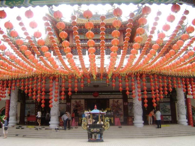 Chùa là địa chỉ tâm linh của cộng đồng người Hoa và cả người Việt tìm đến cầu nguyện mỗi ngày.