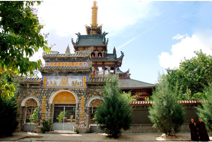 Khung cảnh trước chùa