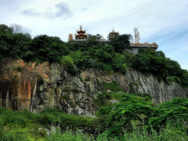 Chùa còn thu hút với nét phong cảnh hữu tình, không khí mát mẻ và tấp nập du khách hành hương