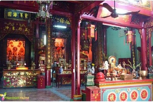Quang cảnh bên trong chùa Ông