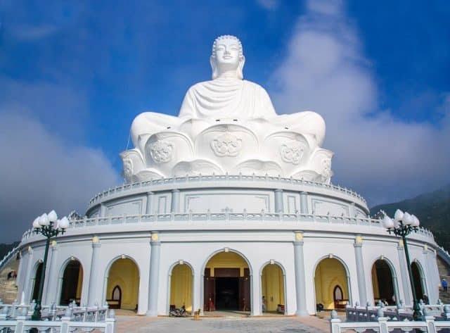 Tượng phật ngồi tại chùa ông Núi