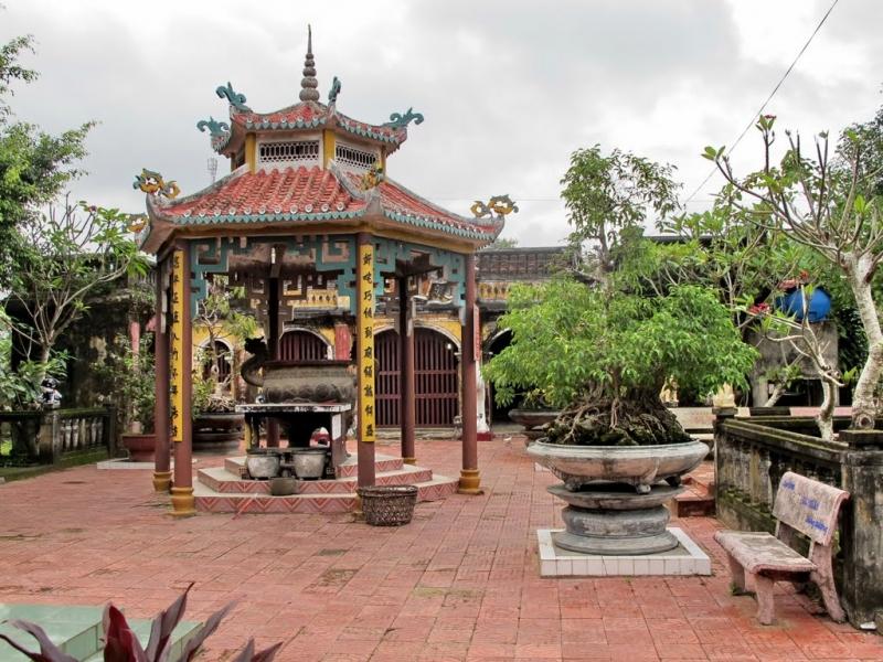 Một góc phía trong chùa Ông (Thu Xà)