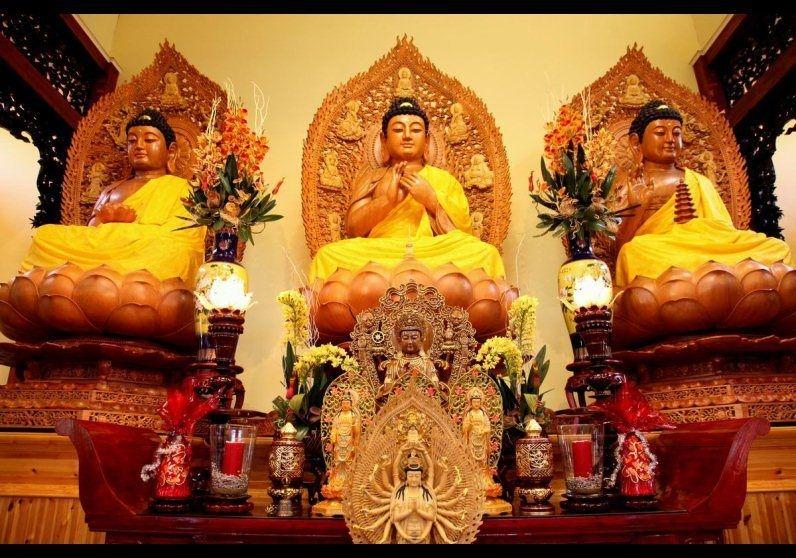 Tượng Phật bên trong chùa