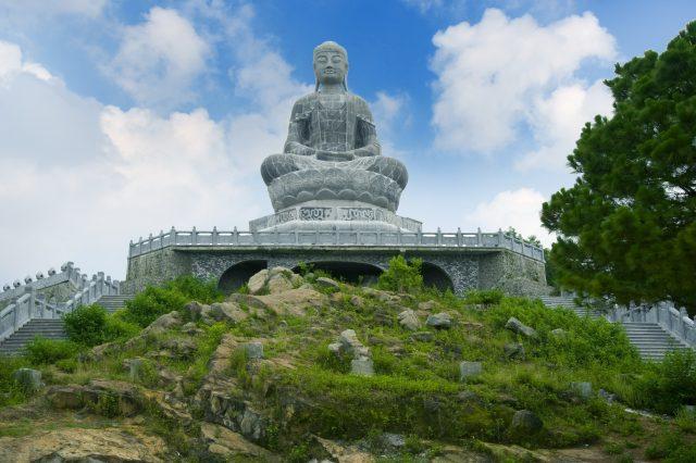 Bức tượng Phật A di đà bằng đá xanh ngồi trên tòa sen cao 27m nằm trên đỉnh núi