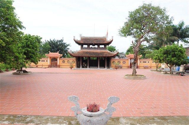 Sân ngôi chùa cổ Sùng Nghiêm Diên Thánh