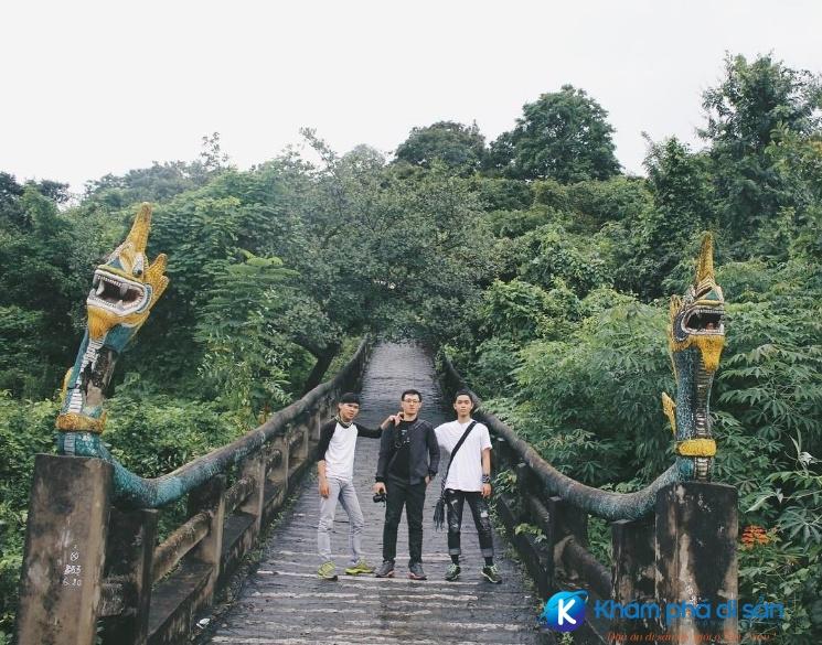 Cầu thang bộ dẫn lên chùa một trong những nơi chụp hình sống ảo của các bạn trẻ khi đến đây