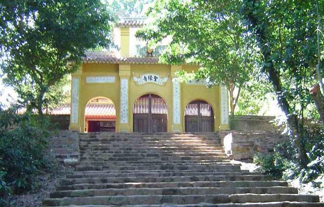 Lối vào chùa Thánh Duyên huyền ảo