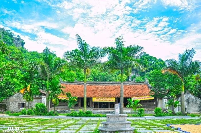 Chính điện Chùa Thầy