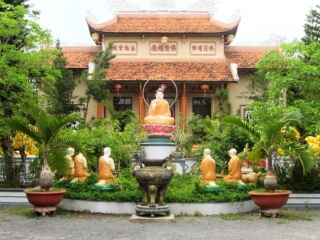 Sân chính chùa Thiên Bửu
