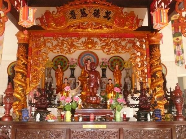 Bên trong Chánh điện là nơi thờ các vị Phật