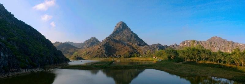 Toàn cảnh đồi Phủ Thông và hồ Đồng Vụa mùa nước cạn