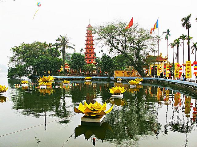 Chùa Trấn Quốc cổ kính bên mặt hồ yên bình