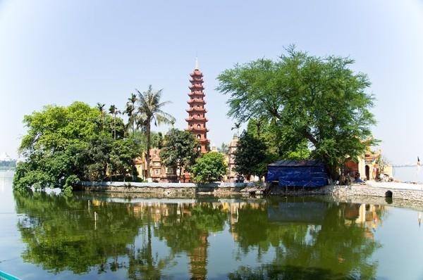 Toàn cảnh ngôi chùa Trấn Quốc trên Hồ Tây