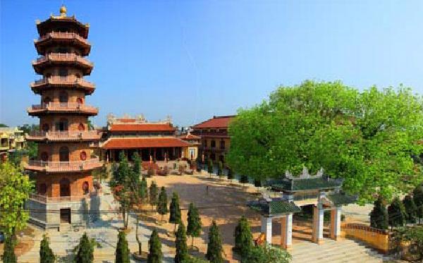 Chùa Từ Đàm thờ độc tôn nên cách bài trí và thờ tự trong điện có phần đơn giản so với các ngôi chùa khác ở xứ Huế