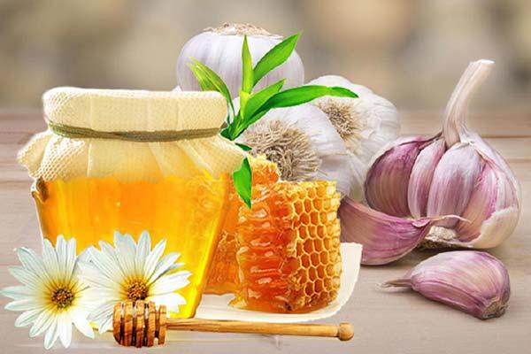 Pha chế hỗn hợp dung dịch mật ong và tỏi