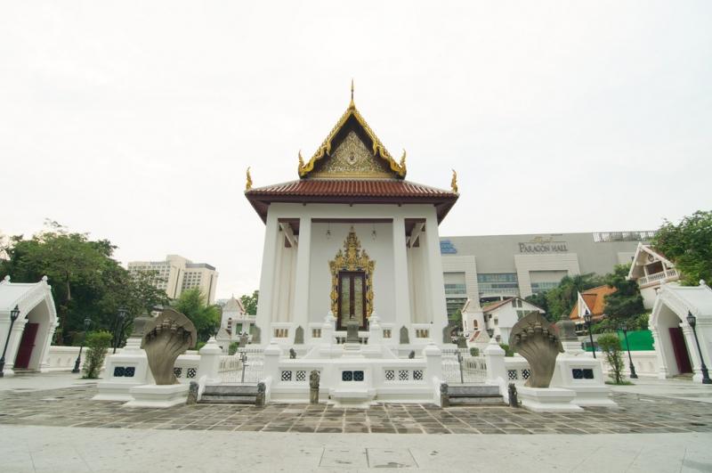 Chùa tọa lạc ở một trong những khu vực sầm uất nhất ở Bangkok.