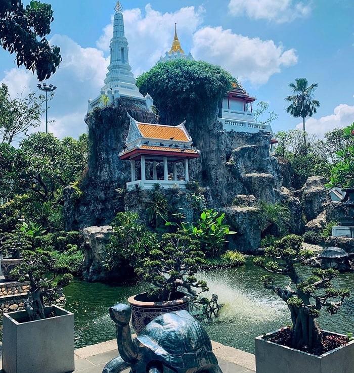 Khu vườn xanh mát quanh ngôi chùa