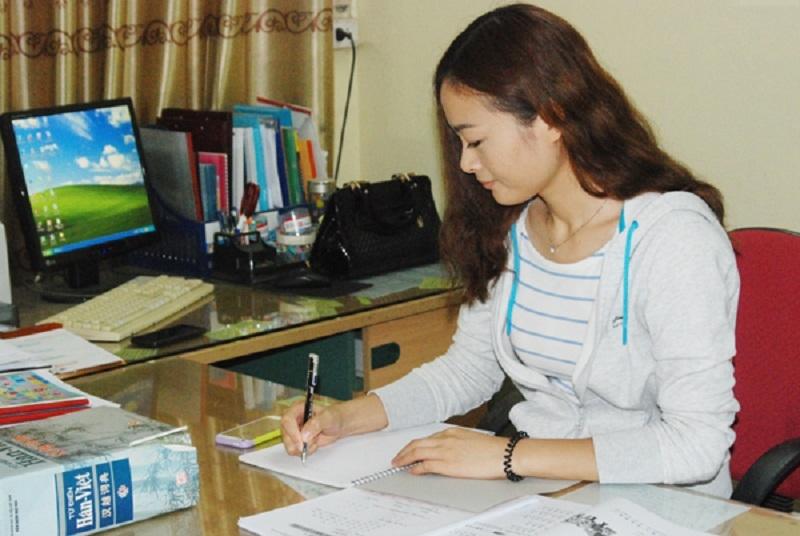 Giáo viên chuẩn bị bài trước khi lên lớp