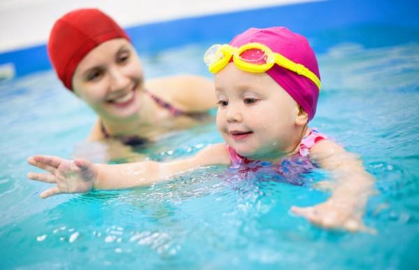 Cần trang bị cho con các dụng cụ phục vụ việc bơi lội.