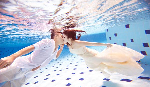 Muốn chụp hình cưới dưới nước đương nhiên bạn phải biết bơi, lặn.