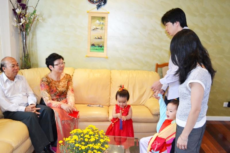 Gia đình sum vầy, tụ họp nhân dịp Tết đến xuân về