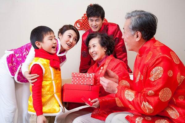 Vào dịp đầu năm mới hãy đến nhà người thân chúc Tết để nhận lại nhiều lời chúc may mắn cho mình