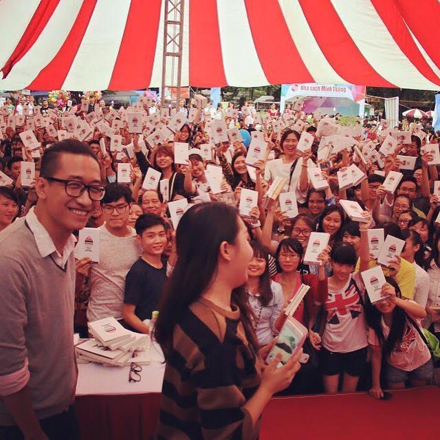 Hai nhà văn Gào và Nhật Minh trong buổi ra mắt và kí tặng sách.
