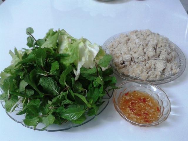 Thưởng thức chuối quết dừa không thể thiếu các loại rau ghém, rau thơm, bánh tráng và chén nước chấm chua ngọt