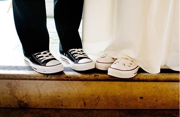 Tạo kiểu chụp ảnh với giày đôi