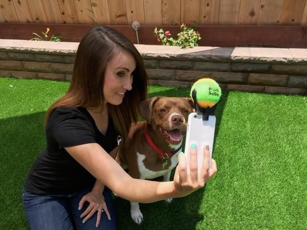 Cách chụp này được xem như là mẹo chụp ảnh thông minh của những cô nàng cậu chàng nuôi cún cưng.