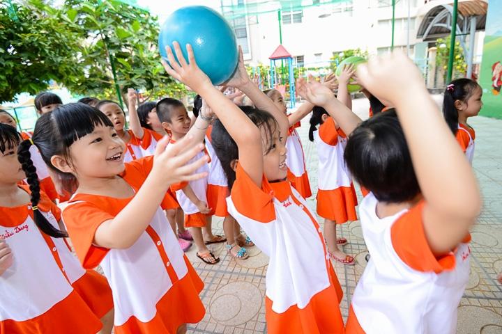 Chuyền bóng -  trò chơi vận động dành cho trẻ mầm non hay nhất