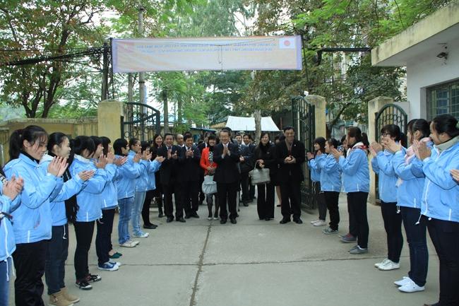 Học sinh đón đoàn đại biểu nước ngoài