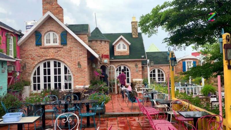 City House Cafe nằm tại khu dân cư yên tĩnh với khung cảnh xanh mát của đồi cỏ, hòa cùng dòng nước thơ mộng chữ S Việt Nam.