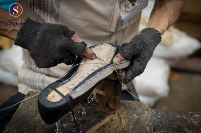 CNES Shoemaker - Những nghệ nhân cẩn thận đi từng đường kim, mũi chỉ