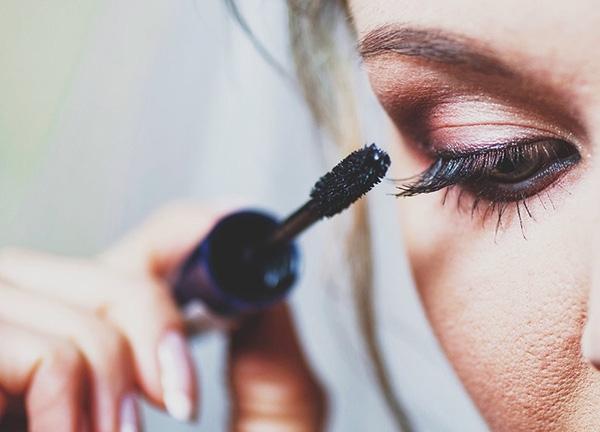 bạn nên tránh chuốt mascara lại trong ngày.