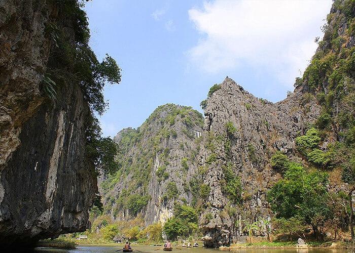 Phong cảnh núi rừng trùng điệp ở Cố đô Hoa Lư