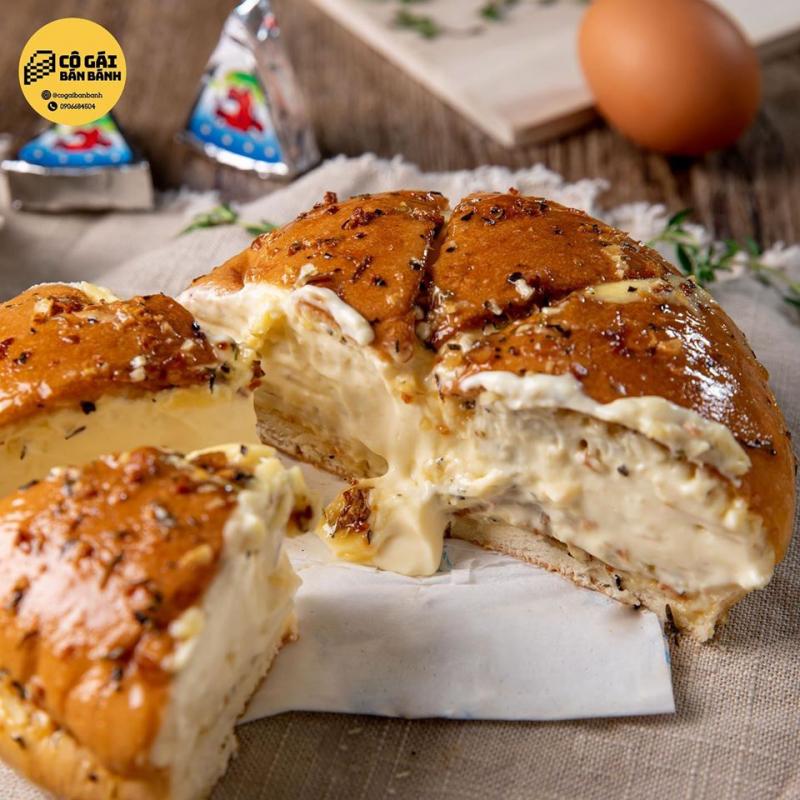 Bơ và phô mai thấm vào trong làm cho những miếng bánh mì siêu mềm, thấm vị, mặn mặn, ngọt ngọt, béo béo