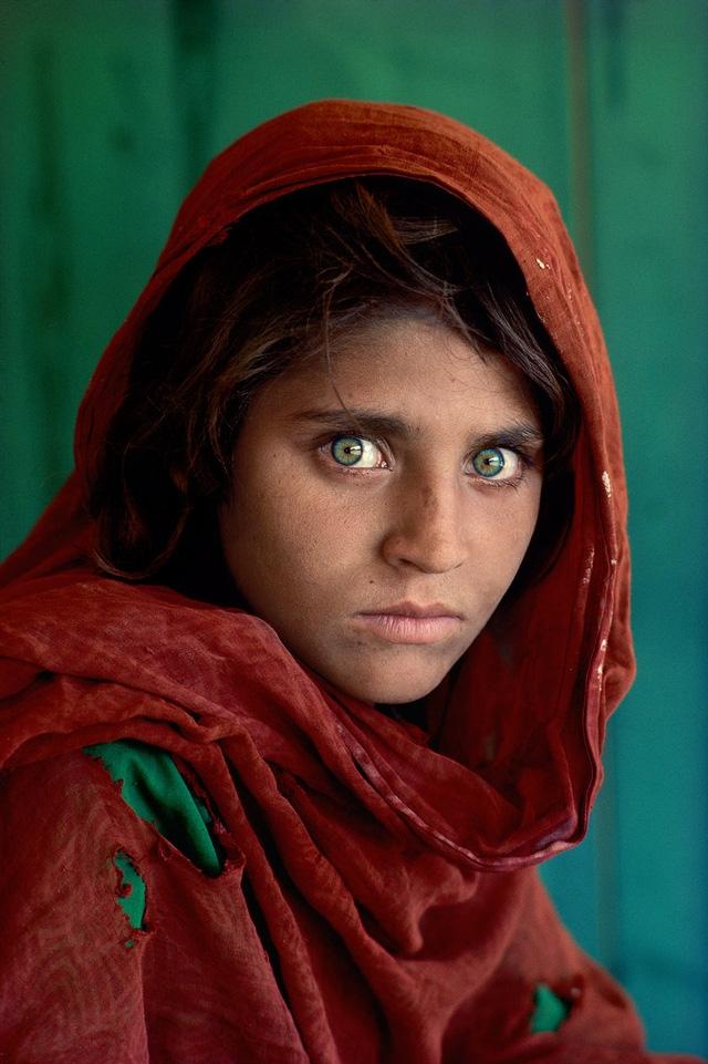 Cô gái người Afghanistan Sharbat Gula có đôi mắt xanh