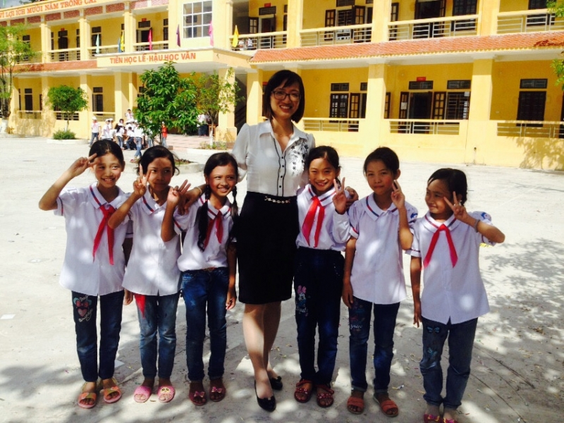 Cô giáo cùng các bạn học sinh dưới nắng sân trường