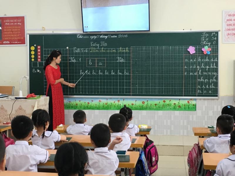 Tiết dạy nào của cô cũng có sức thu hút diệu kì, có lẽ vì cô đã mang hết tâm huyết, tình cảm yêu thương tận tâm dạy dỗ chúng em