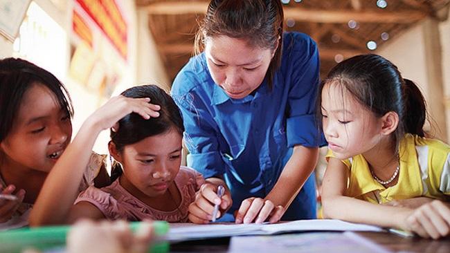 Hướng dẫn, dạy học cho các em học sinh có hoàn cảnh khó khăn.