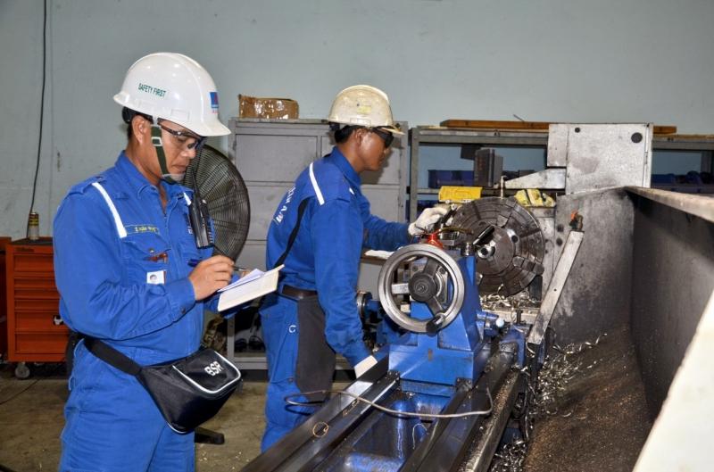 """Trong thời đại máy móc làm chủ thì những người thợ cơ khí có đủ trình độ để điều  khiển các loại máy hiện đại và phức tạp luôn là """"vàng ngọc"""" của mọi doanh nghiệp."""