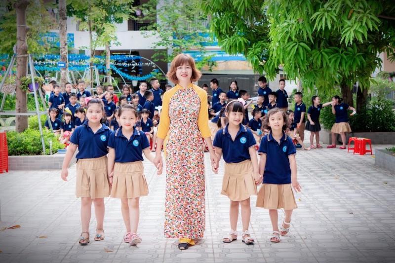 Cô Minh Hiền cũng là điển hình của một giáo viên mẫu mực với nghề luyện chữ đẹp tại Hà Nội