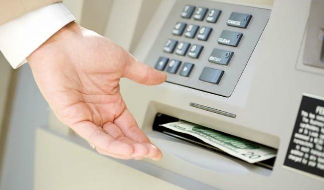 Có nên sử dụng thẻ ATM để rút tiền?